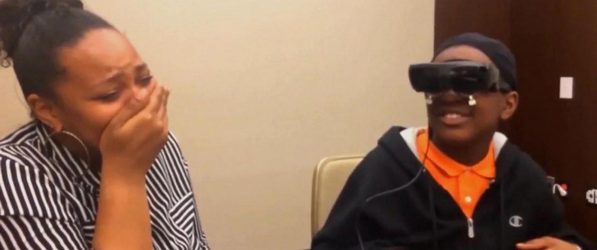 VIDEO – lunettes 3D, un enfant aveugle voit sa mère pour la première fois